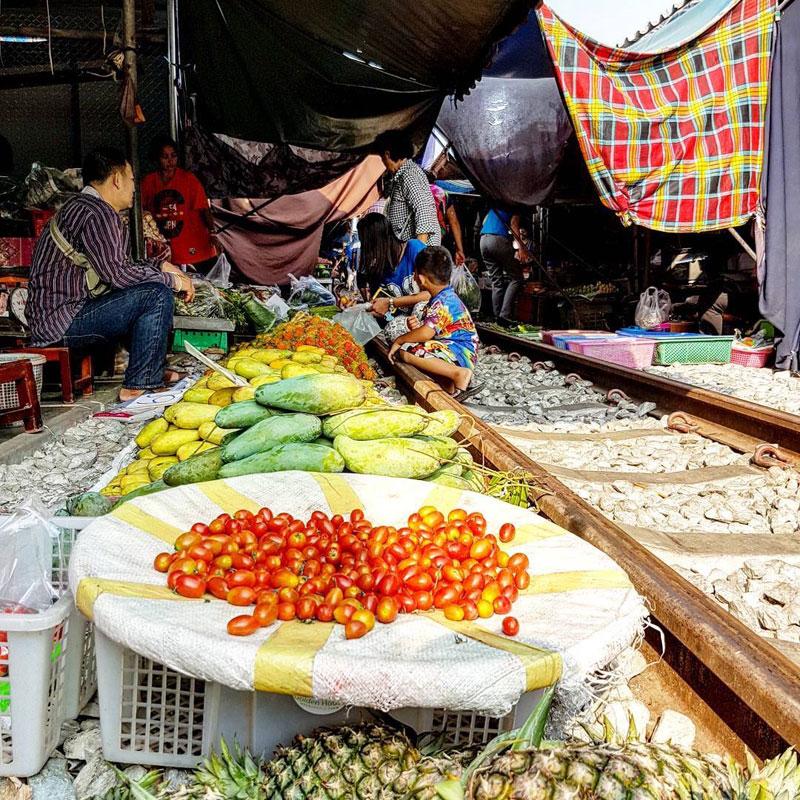 9-Maeklong-Railway-Market1-via-joaoleitaoviagens